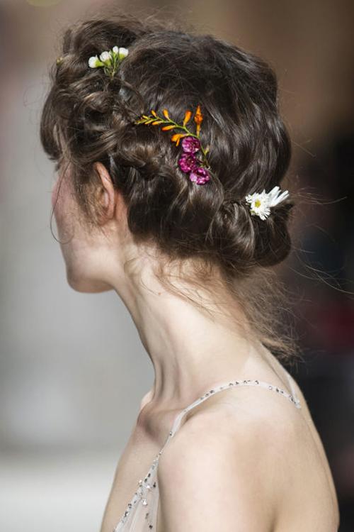 Những kiểu tóc tuyệt đẹp cho cô dâu mùa hè-1