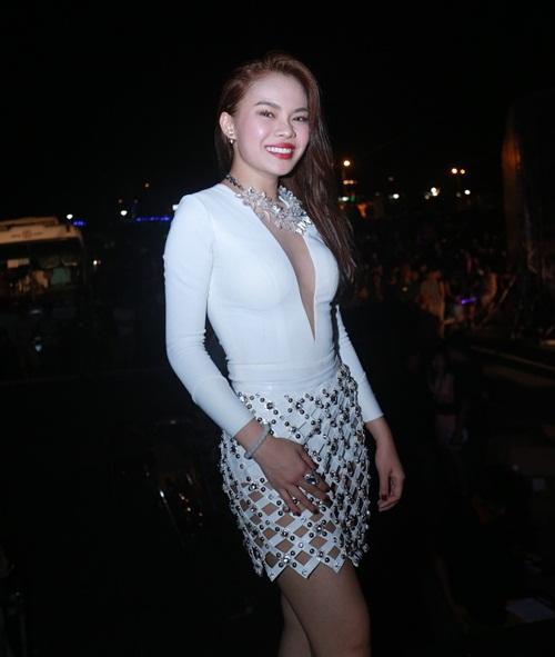 Đông Nhi, Giang Hồng Ngọc sexy 'gây mê' khán giả Quảng Ninh-1