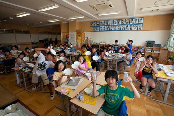 Bữa cơm của trẻ tiểu học Việt Nam và Nhật: đối lập đến chạnh lòng!-7