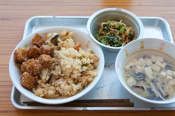 Bữa cơm của trẻ tiểu học Việt Nam và Nhật: đối lập đến chạnh lòng!-6