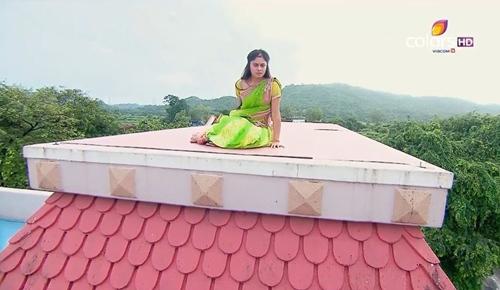 """""""Cô dâu 8 tuổi"""": Anandi """"ngáo đá"""", leo lên nóc nhà ngủ giữa đêm - 1"""