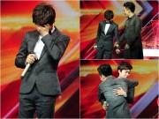"""Làng sao - """"Hoàng tử buồn"""" của X-Factor khóc nức nở, Tùng Dương chạy lên an ủi"""