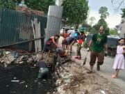 Tin tức - Hành động lạ lùng của khách Tây giữa phố HN gây chú ý