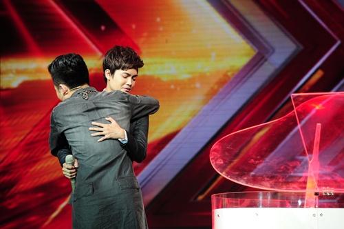 """""""Hoàng tử buồn"""" của X-Factor khóc nức nở, Tùng Dương chạy lên an ủi-5"""