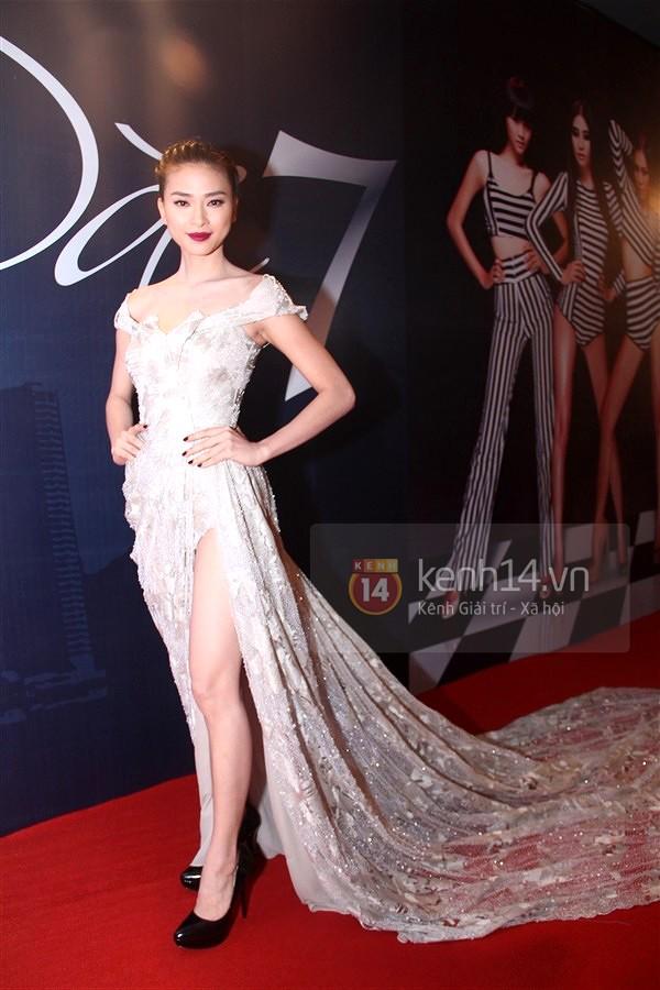 Muôn kiểu váy xẻ cao gây nhức mắt của mỹ nhân Việt-15