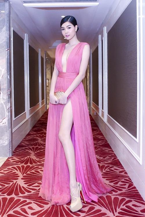 Muôn kiểu váy xẻ cao gây nhức mắt của mỹ nhân Việt-8