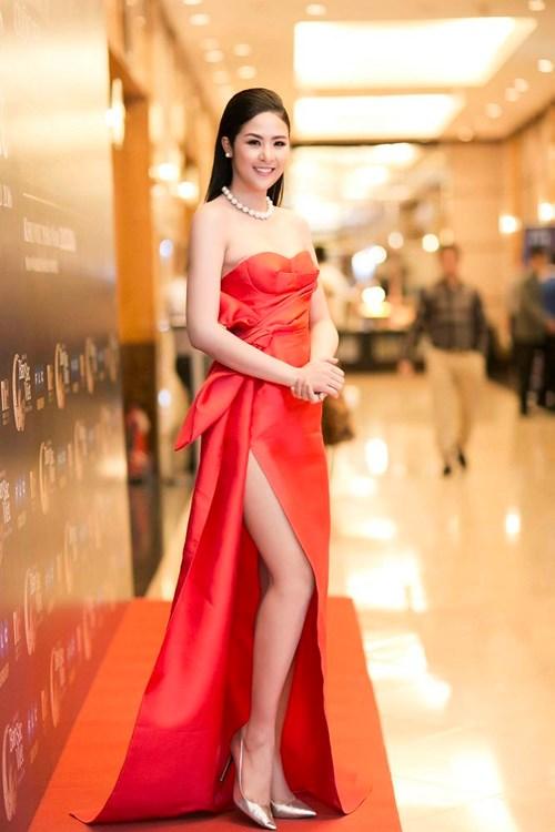 Muôn kiểu váy xẻ cao gây nhức mắt của mỹ nhân Việt-6