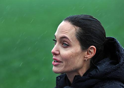 Fan xót xa khi Angelina Jolie ngày càng gầy gò tiều tụy-1