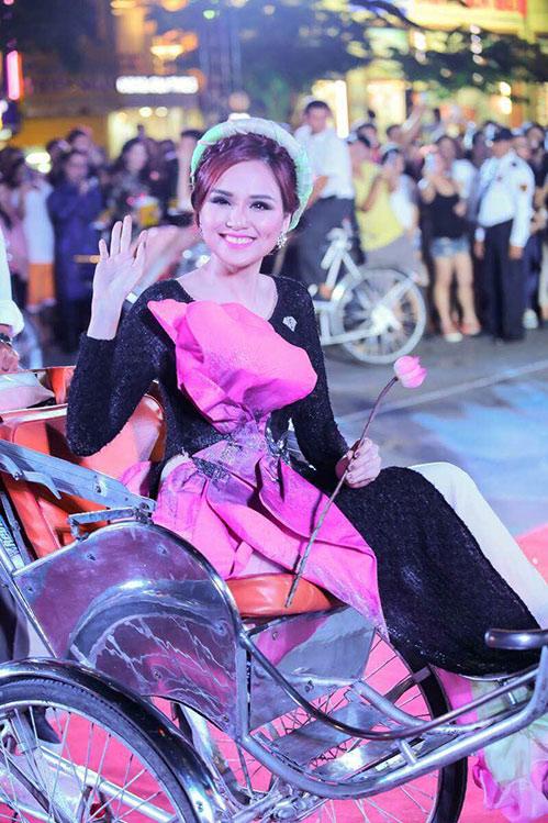"""hoa hau diem huong, truc diem """"do"""" nhan sac voi ao dai - 3"""