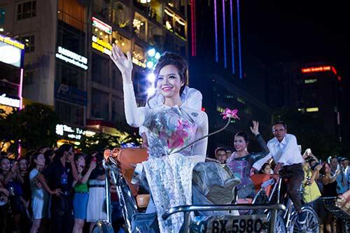 """hoa hau diem huong, truc diem """"do"""" nhan sac voi ao dai - 13"""
