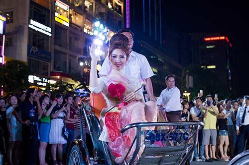 """hoa hau diem huong, truc diem """"do"""" nhan sac voi ao dai - 14"""
