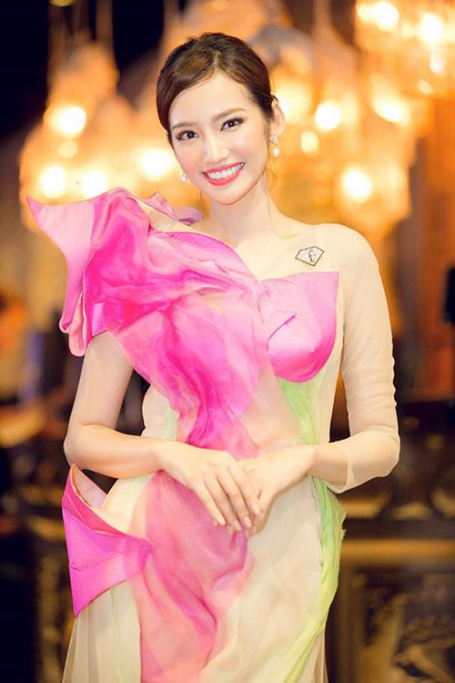 """hoa hau diem huong, truc diem """"do"""" nhan sac voi ao dai - 5"""
