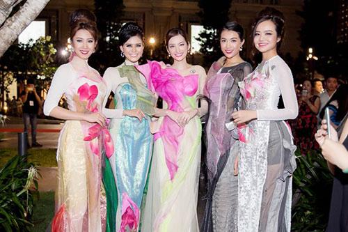 """hoa hau diem huong, truc diem """"do"""" nhan sac voi ao dai - 6"""