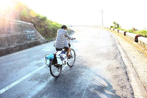 kham phuc chang trai dap xe xuyen viet de keu goi hien tang - 2