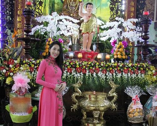 thuy tien dien ao dai len chua cung me va ong xa - 2