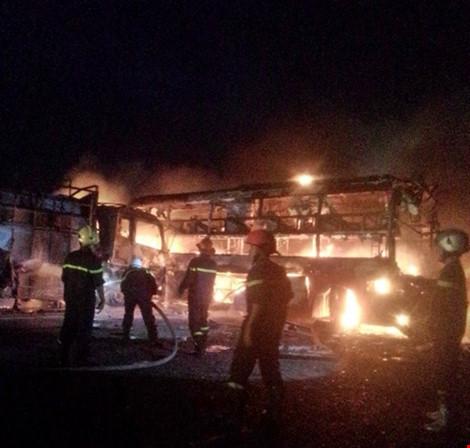 Hiện trường kinh hoàng vụ 2 xe khách tông nhau bốc cháy-1