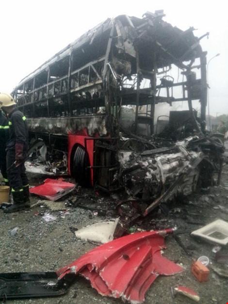 Hiện trường kinh hoàng vụ 2 xe khách tông nhau bốc cháy-2