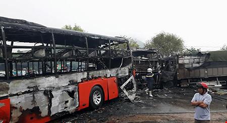 Hiện trường kinh hoàng vụ 2 xe khách tông nhau bốc cháy-4