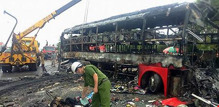 Hiện trường kinh hoàng vụ 2 xe khách tông nhau bốc cháy-6