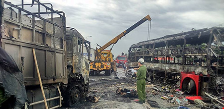 Hiện trường kinh hoàng vụ 2 xe khách tông nhau bốc cháy-5