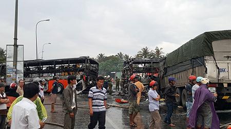 Hiện trường kinh hoàng vụ 2 xe khách tông nhau bốc cháy-7