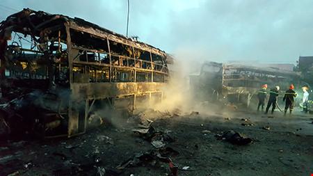 Hiện trường kinh hoàng vụ 2 xe khách tông nhau bốc cháy-8