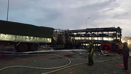 Hiện trường kinh hoàng vụ 2 xe khách tông nhau bốc cháy-9