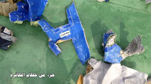 Hình ảnh đầu tiên về mảnh vỡ của máy bay Ai Cập rơi-1