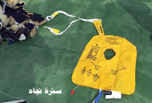 Hình ảnh đầu tiên về mảnh vỡ của máy bay Ai Cập rơi-3