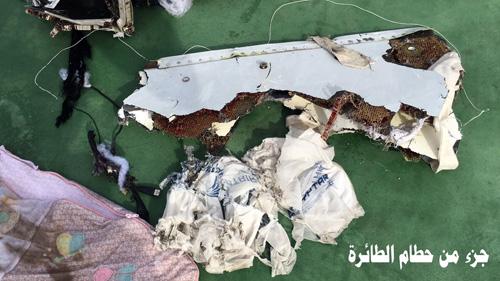 Hình ảnh đầu tiên về mảnh vỡ của máy bay Ai Cập rơi-4