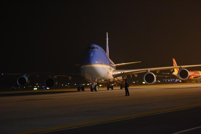 """Khoảnh khắc ông Obama rời Không lực một, lên """"quái thú""""-5"""
