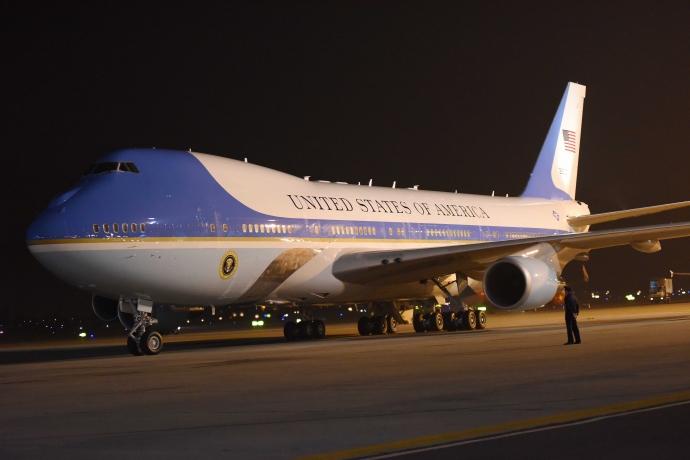 """Khoảnh khắc ông Obama rời Không lực một, lên """"quái thú""""-6"""