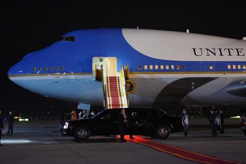 """Khoảnh khắc ông Obama rời Không lực một, lên """"quái thú""""-7"""