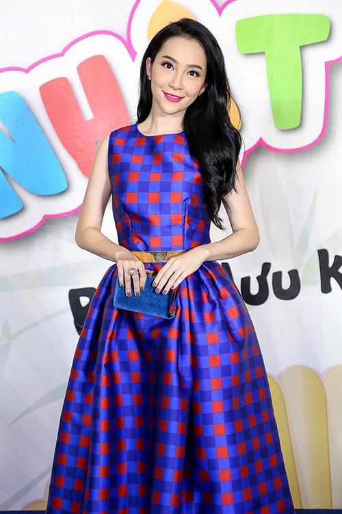 Linh Nga khoe làn da trắng sứ trong chiếc váy caro xanh lam-2