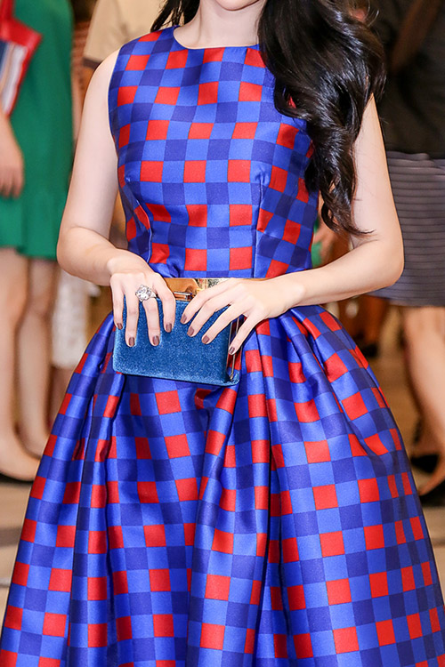 Linh Nga khoe làn da trắng sứ trong chiếc váy caro xanh lam-3