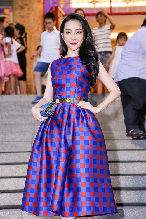 Linh Nga khoe làn da trắng sứ trong chiếc váy caro xanh lam-5