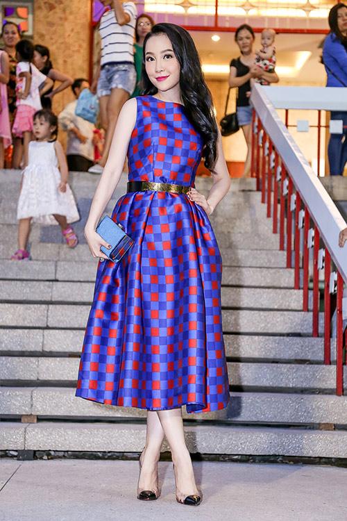 Linh Nga khoe làn da trắng sứ trong chiếc váy caro xanh lam-6