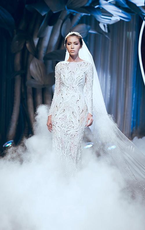 Minh Tú lộng lẫy với váy cưới đính 10 ngàn viên đá swarosky-2