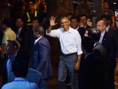 Ông Obama diện sơ mi trắng đi ăn bún chả Hà Nội-1