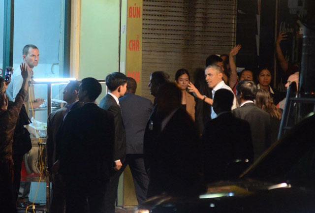 Ông Obama diện sơ mi trắng đi ăn bún chả Hà Nội-4