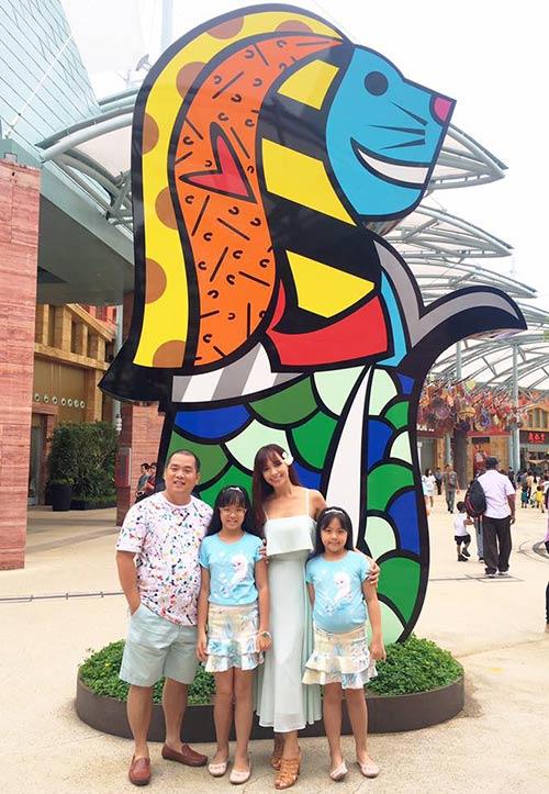 Thúy Hạnh quá đỗi trẻ đẹp bên chồng con tại Singapore-1