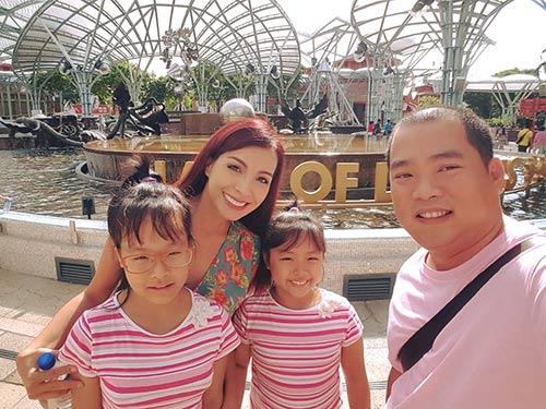 Thúy Hạnh quá đỗi trẻ đẹp bên chồng con tại Singapore-6