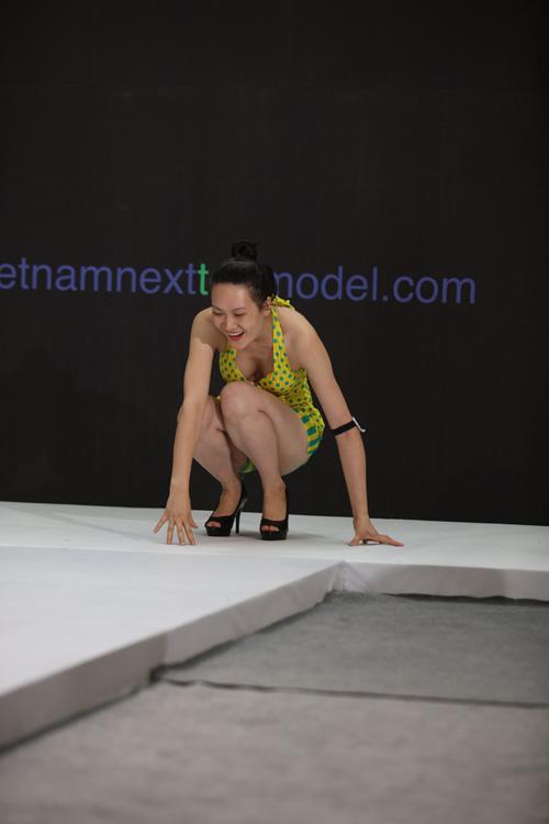 VNTM 2016: Cười ngất xem thí sinh lăn lê trên sàn diễn-14