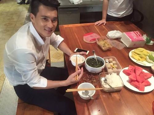 Thủy Tiên đảm đang mang cơm cho ông xã Công Vinh - 3