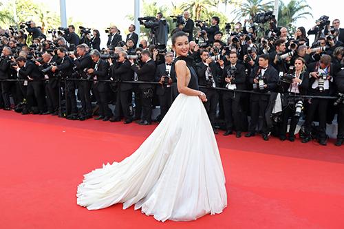 Những chiếc váy gây tốn giấy mực nhất tại Cannes 2016 - 19