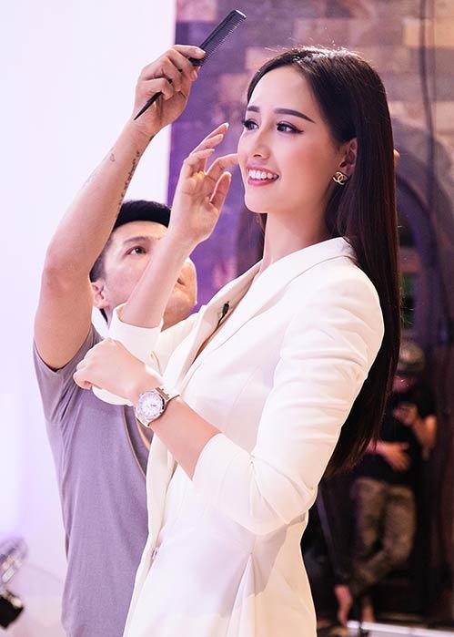 Hoa hậu Mai Phương Thúy khoe chân dài miên man bên Vĩnh Thụy - 5