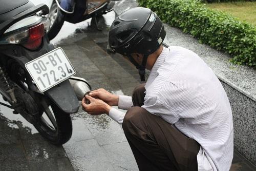 "huong dan cach ""cuu"" xe khi bi chet may vi ngap nuoc - 2"