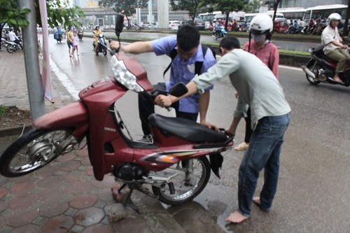 "huong dan cach ""cuu"" xe khi bi chet may vi ngap nuoc - 3"