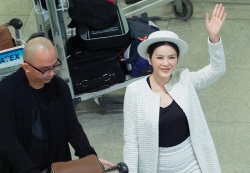 Lý Nhã Kỳ mặc kín bưng, cúi đầu chào fan tại sân bay - 3