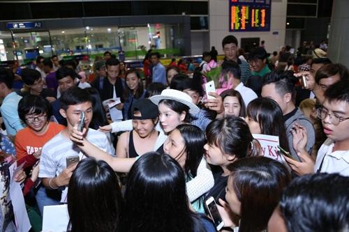Lý Nhã Kỳ mặc kín bưng, cúi đầu chào fan tại sân bay - 8